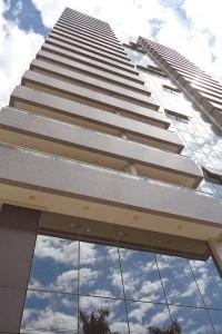 Edifício comercial moderno, arquitetura contemporânea, localização estratégica