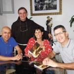 Frei André Becker com os bicigrinos dra. Ana Beatriz Soares e Ariomar Ferreira