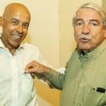 Com Lamartine Busnardo, recebendo pin da Casa da Esperança de Santos