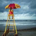Salva-vidas na orla da praia