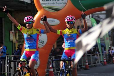 Chegada de Renata Lopes (direita): campeã da 1ª etapa do Santista
