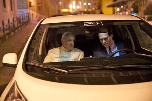 Papa Francisco passa a utilizar carro 100% elétrico