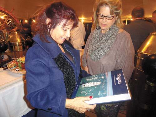 Izabel Guerreiro e Lilian Pierotti apreciam o livro alusivo ao navio-escola Sagres.