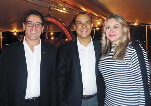 Presença do atuante vereador Braz Antunes e do querido amigo presidente do Legislativo santista, vereador Adilson Júnior com a simpática esposa Mariana Araújo dos Santos.