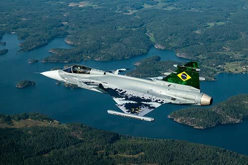 No ar o caça brasileiro
