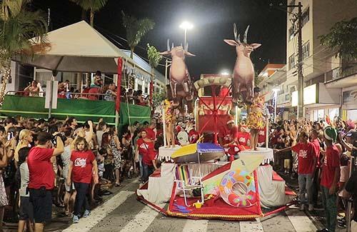 """""""Parada de Natal"""" movimenta Peruíbe com desfile de carros e Papai Noel"""