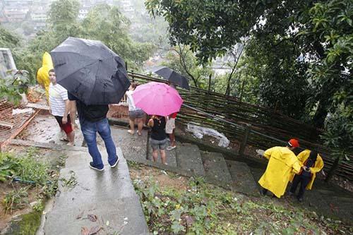 Chuvas provocam mortes e caos nas cidades da Baixada Santista