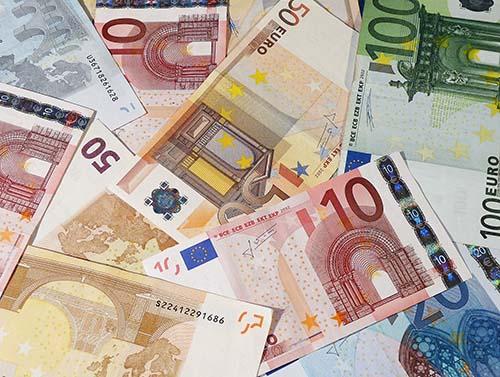 Moedas estrangeiras para turismo a preço de cotação comercial