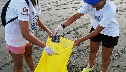 Pesquisa em Santos aproveita praias vazias para examinar origem do lixo