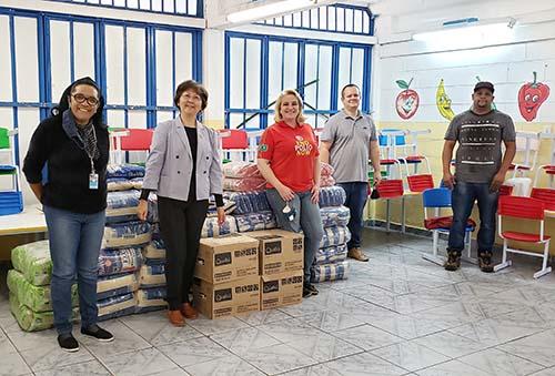 Escola recebe doação de 2 toneladas de alimentos e produtos de higiene