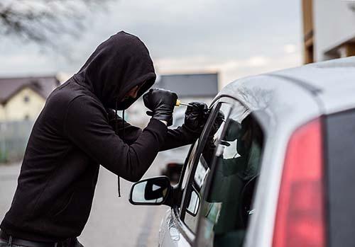 Furto de veículos cai 49% e roubo 45% em abril, mostra pesquisa