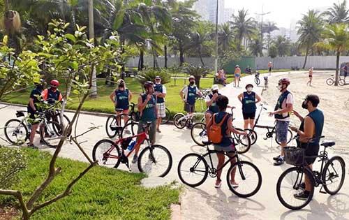 Domingo, passeio de bike pela orla explora a cultura e história de Santos