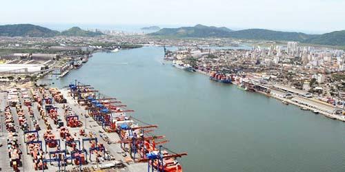 Porto, máquinas e barcos animam