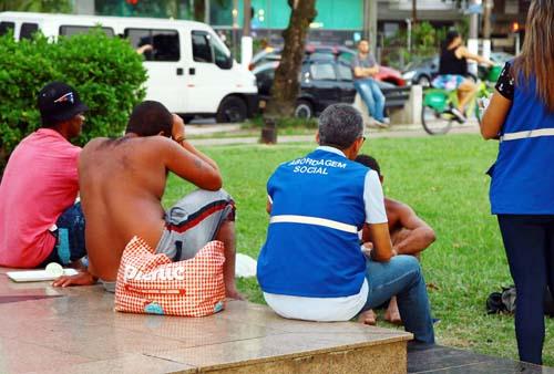 Ação na orla divulga atendimento à população em situação de rua