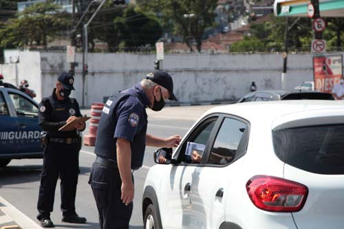 Bloqueio sanitário aborda 250 veículos e impede entrada de 10 em Santos